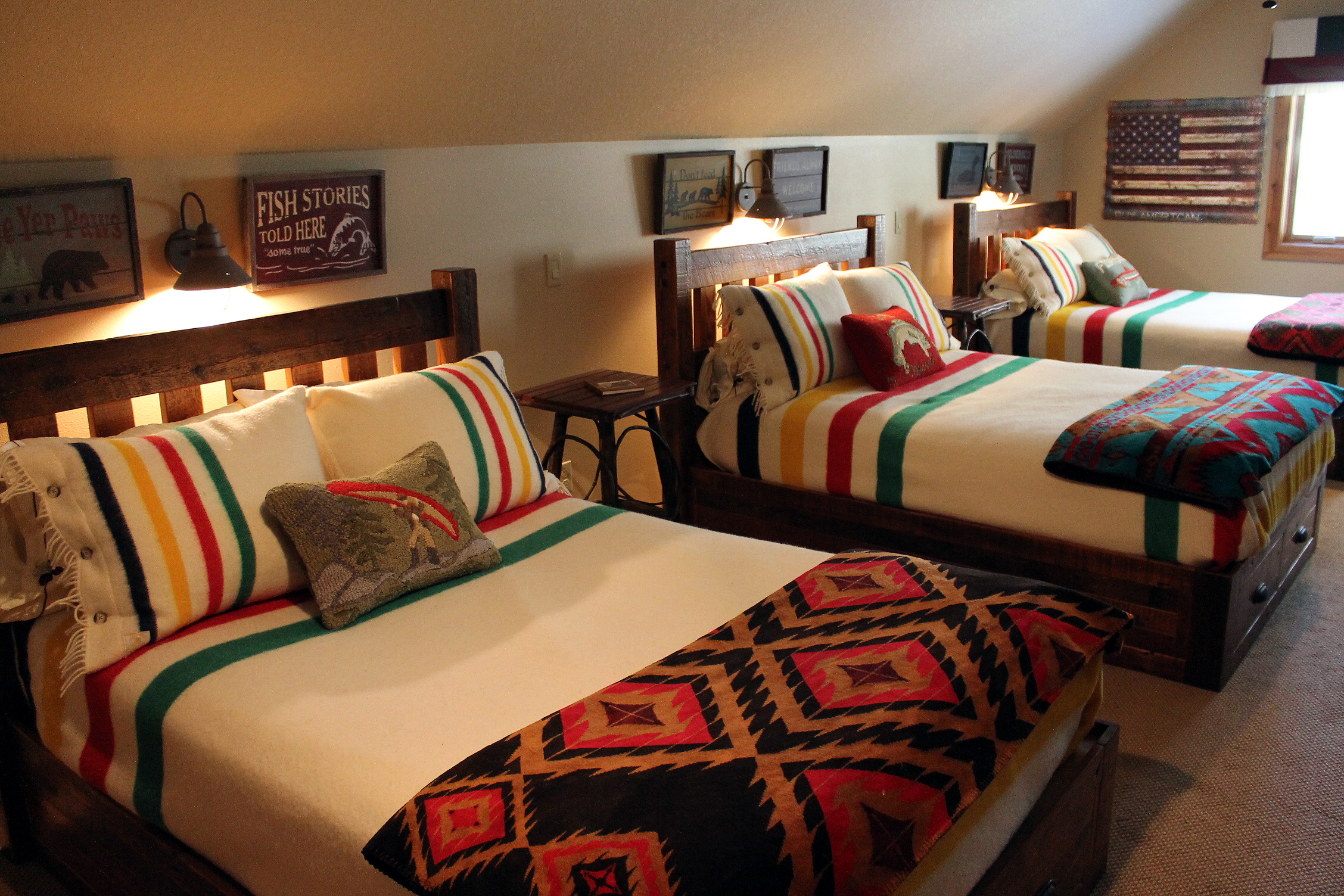 cabin bedroom decorating ideas chic cabins to inspire your dream bedroom roughing it in style. Interior Design Ideas. Home Design Ideas